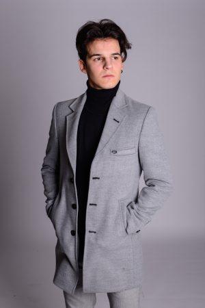 Muški sivi kaput dizajniran po osnovnim elementima modernog sakoa