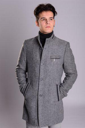 Muški sivi kaput sa jačim stepenom toplote.