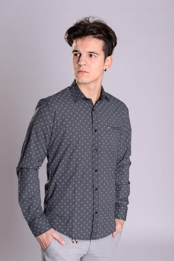 Crna košulja sa tufnama